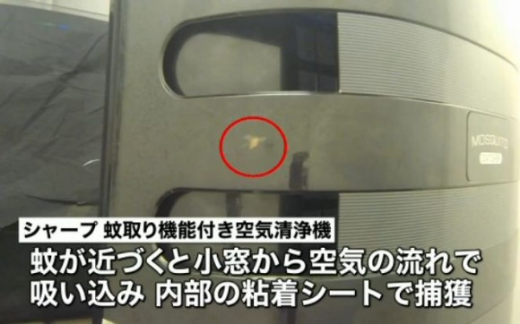 蚊が近づくと小窓から空気の流れで吸い込み内部の粘着シートで捕獲する仕組み