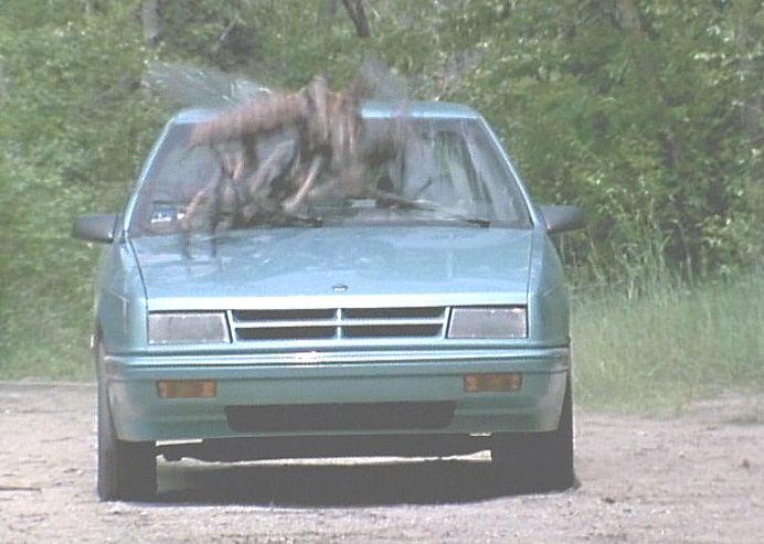 山の中を走行するクルマが横切った巨大な物体にぶつかり轢く瞬間