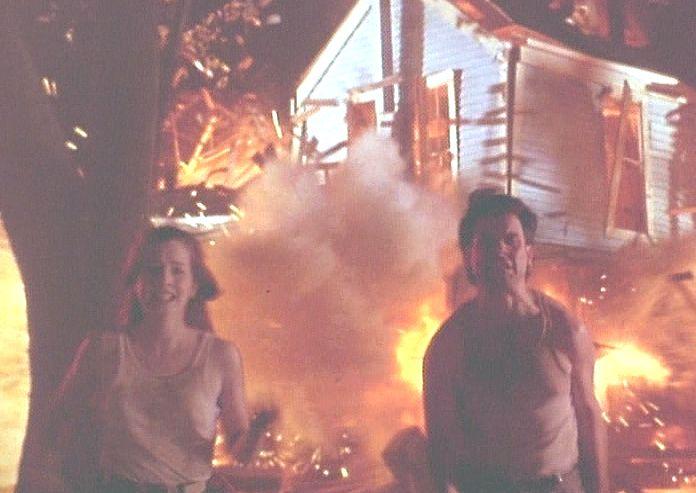 燃え盛る家屋をバックに逃げ惑う男女の意味は!