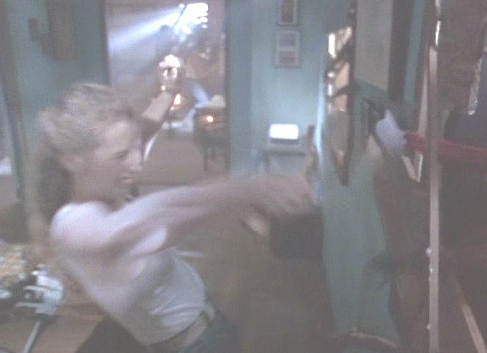 閉じ込められた主人公たちは銃や斧などで応戦する!