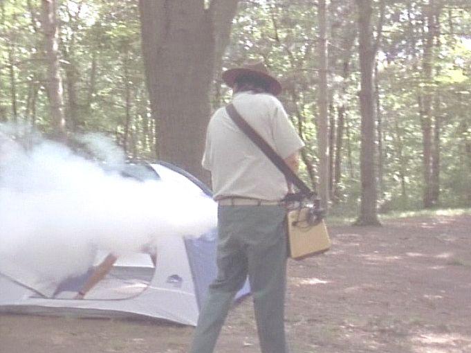 キャンプ場でBBQなどを満喫する客に向けてスモークを発射(笑)!