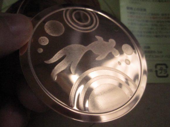 新品未使用の銅プレート「エレキンギョ」を写真撮影