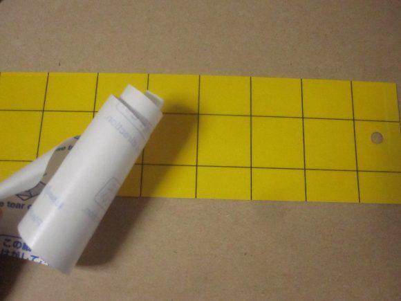 リケイ紙を剥がし終えると黄色い粘着シートが現れる