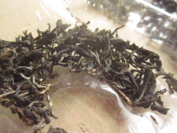 1週間ほど天日干しでカラカラに乾燥させた茶葉