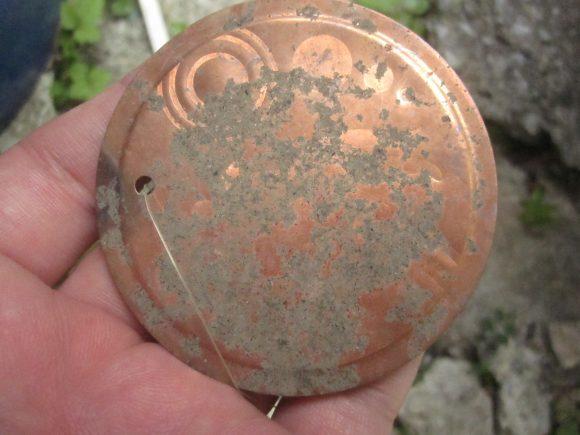 設置から約1ヶ月には銅板プレートが剥げて錆びている?