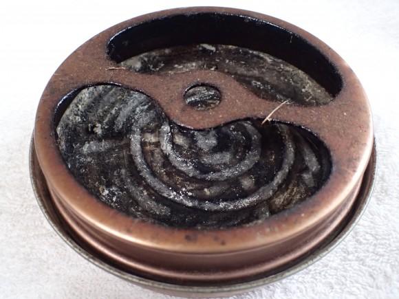 使い古してベトベト真っ黒になった蚊取り線香の皿・容器