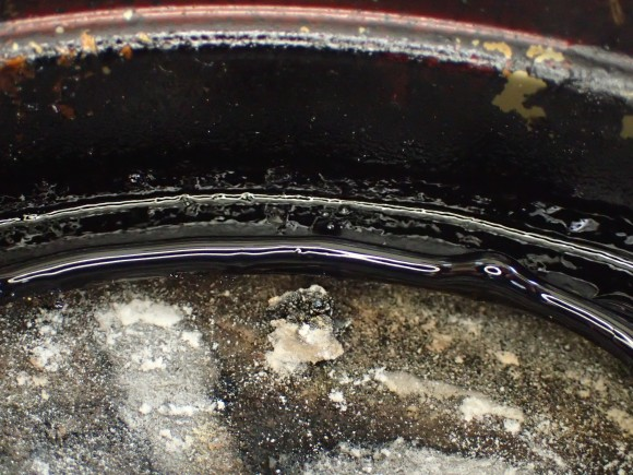 蚊取り線香の煙でベトベト真っ黒の皿