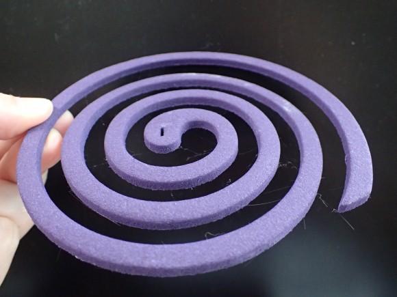 アース渦巻香の紫色のハーブ系を手にもつ