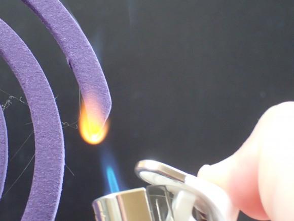 アース渦巻香・蚊取り線香にライターで火を点ける