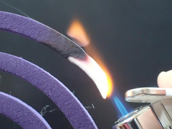ターボライターで蚊取り線香に火を点ける様子