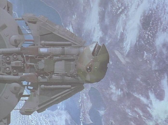 宇宙空間を移動する巨大な戦艦から地球に向けて一台の飛行船が放たれる