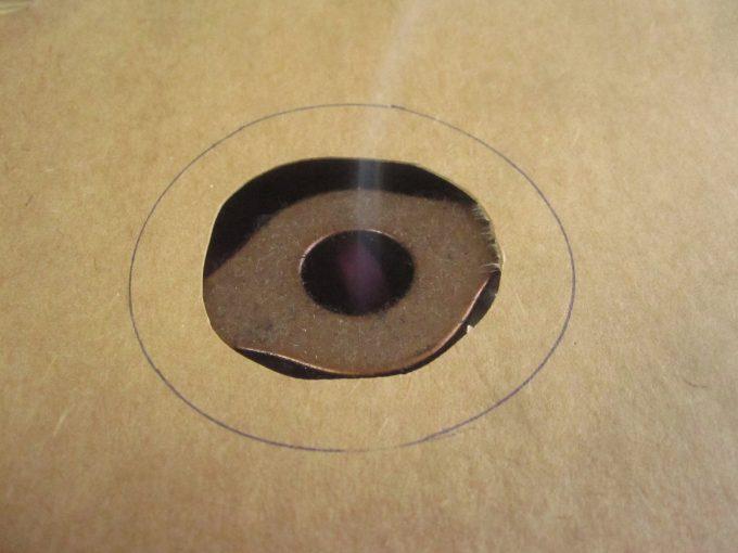 紙に瓶の直径よりも小さな穴を開けて蚊取り線香に乗せる