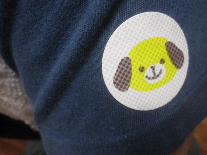 Tシャツの袖部分に犬ちゃんシールを貼る