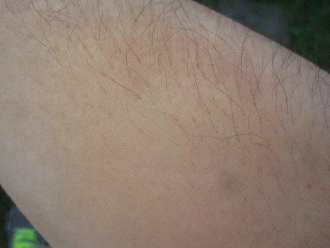 茶色い粉のシナモンを身体にこすり付ける