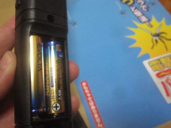 早速、2本の乾電池(単3電池)をセットして草刈り作業で効果を実験する