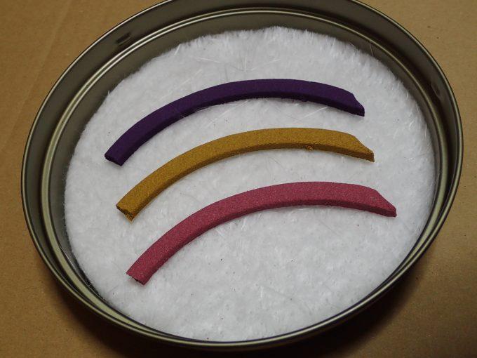 新品未使用の雪のように真っ白な不燃マットに3種の蚊取り線香を並べる