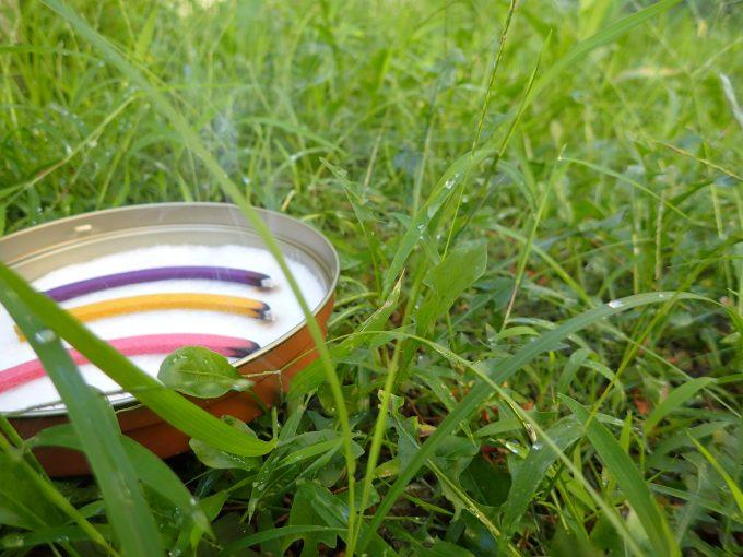 蚊取り線香から放出される白い煙が雑草の中に溶け込んでいく幻想的な風景