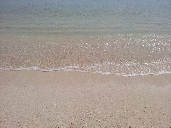 夏真っ盛りの白い砂浜ビーチにやってきた