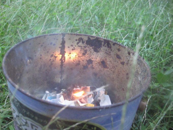 中にチリ紙を放り込んで火をつける