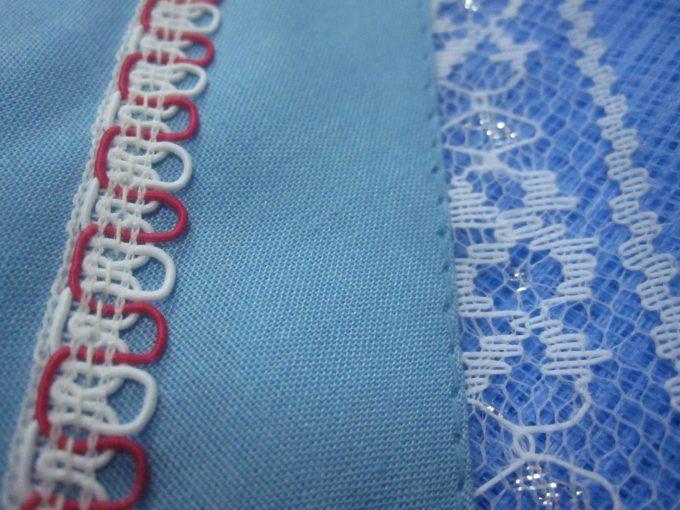 生地や網(アミ)ネットの縫い付け刺繍の模様も時代を感じさせるレトロ・アンティーク風でカッコイイ