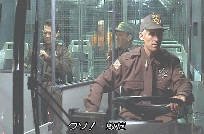 研究施設へ犯罪者・囚人を乗せた一台のバス(護送車)が近付いていた