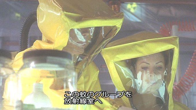 黄色い防護服で危険な研究・実験に取り組む学者たち