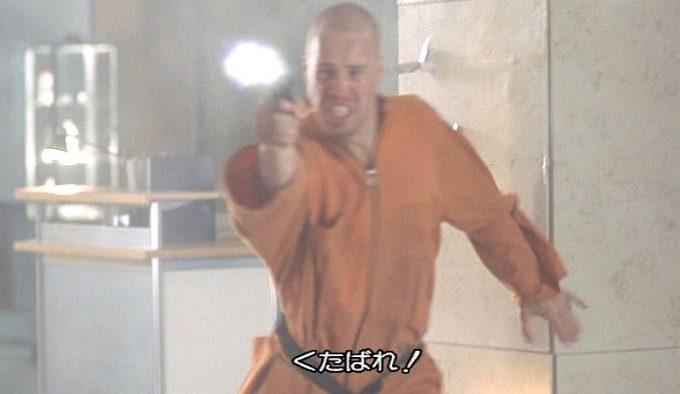 連続殺人で終身刑を喰らっていたレイが警官から銃を奪い脱走した!