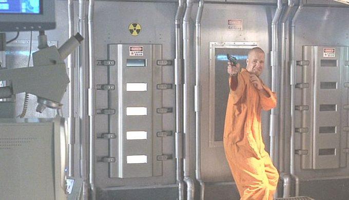 人質を殺害し警察官と打ち合う脱走犯レイがハザードシンボル印の機器に近づき・・・
