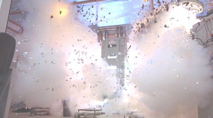 ボーンッ!と機械が爆発し放射性物質や溶液が周囲に飛び散るシーン!
