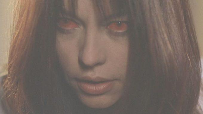 ジェニファーの目が燃え盛る炎のように真っ赤になっている