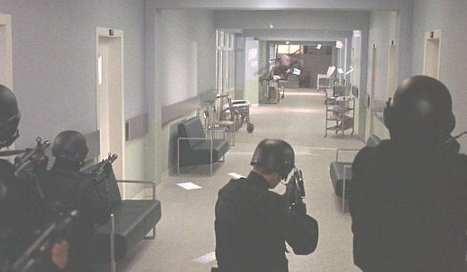 ジェニファーが入院する病院内に蚊人間(MOSQUITO MAN)がやってきた!