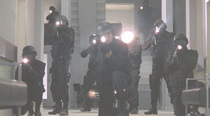 バケモノの蚊に対して銃機器で応戦する警察官・特殊部隊!