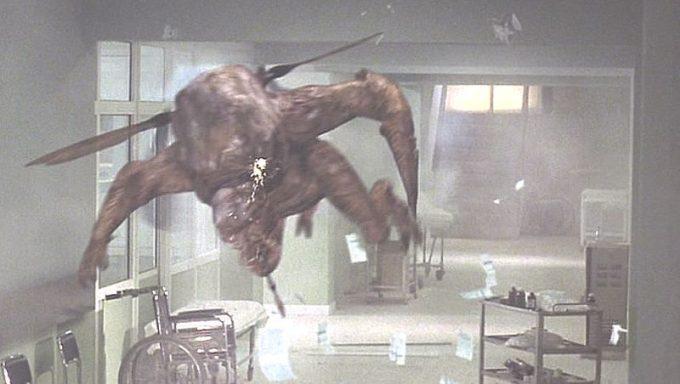 通路を飛んで特殊部隊や警官へ襲いかかる蚊人間(MOSQUITO MAN)!