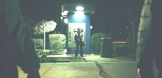 夜の通りでATMの前に佇む女性のシーンから物語は始まる