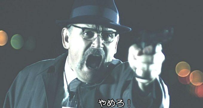 「やめろ!」と叫びながら銃を構える刑事