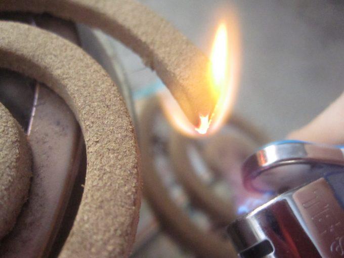 ダイソー(DAISO)の蚊取り線香にターボライターで火を点ける