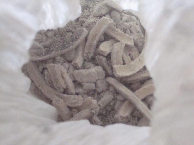 普段は捨てる蚊取り線香の燃えカス灰を袋に溜めていた