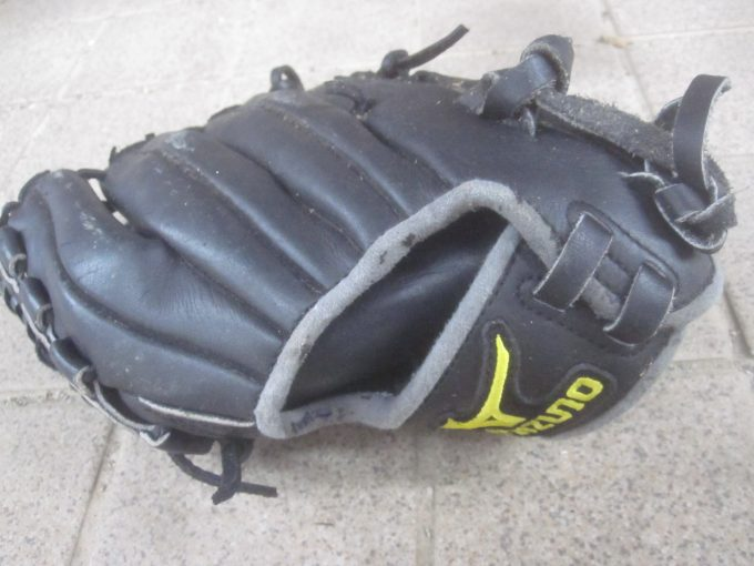 キャッチボールで使用した汗臭い野球グローブ