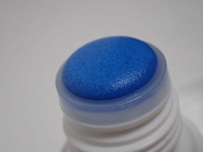 液体ムヒの蓋キャップを取り外した青い塗布部分