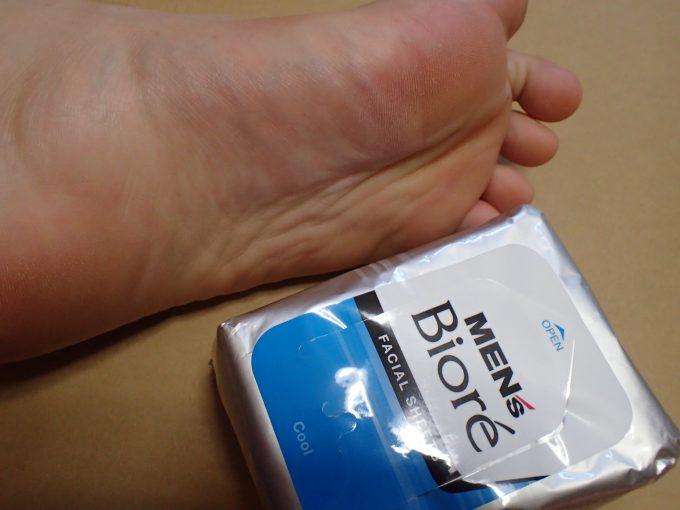 汗をかきやすい足はメンズビオレの拭き取り用洗顔シート(フェイシャルシート)で拭く!