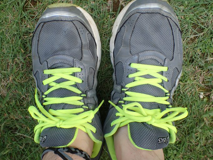 洗い終えたジョギングシューズを履き、足首にはダイソーで購入した蚊よけリング・アンクレットを装着!