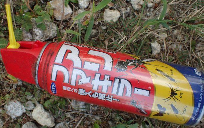 ハチ(蜂)専用の駆除・殺虫スプレーがないのでアリフマキラーで代用してみるが、赤い色のスプレーなので危険だ(笑)