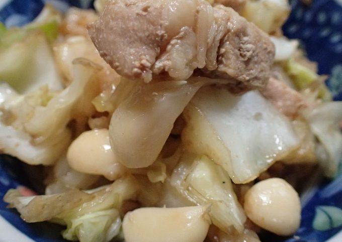 ニンニクたっぷりの肉炒め料理を食べる