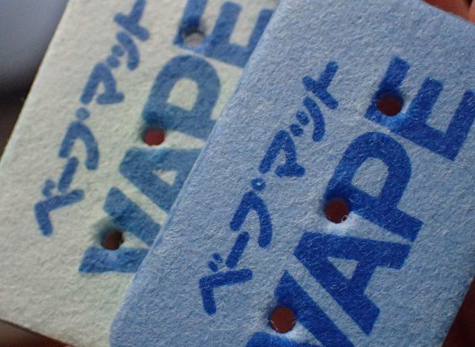 使用済みの薄い水色になったマットと未使用新品の青いベープマット