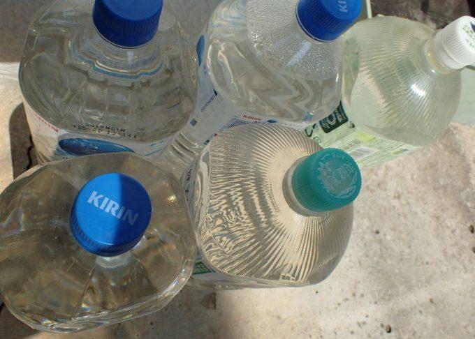 蚊とりん用に、飲みきったペットボトルに雨水を移し入れて保管しておく