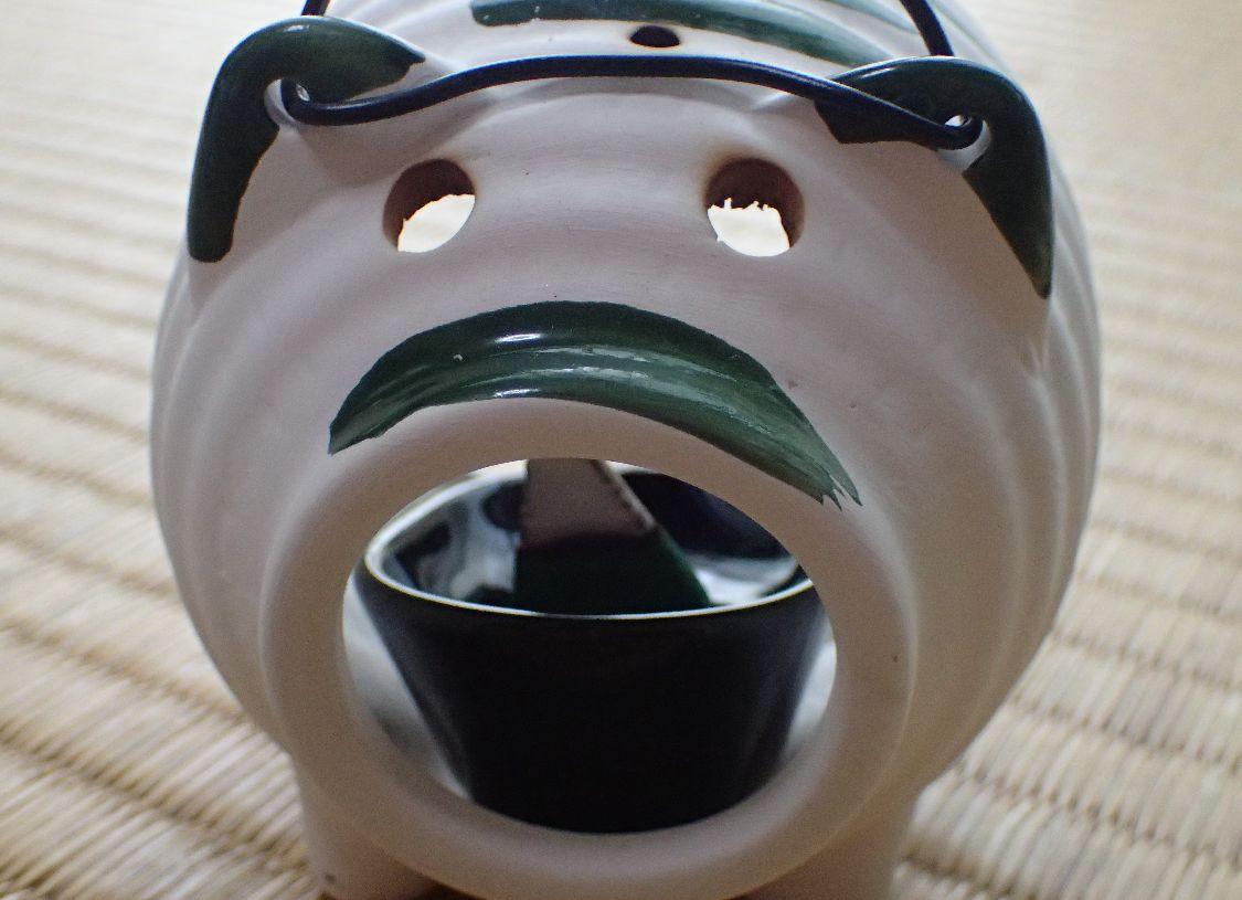 ダイソーのミニ蚊遣り豚に蚊とりお香を置いた様子