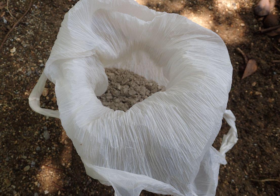 蚊取り線香の燃えカス・灰を溜め込んだコンビニ袋