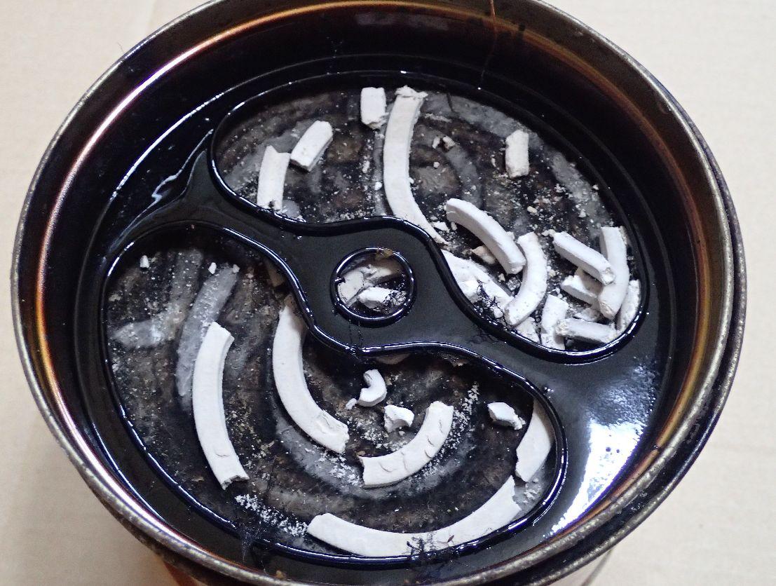 線香皿のフタの裏には黒いヤニがベットリ付いている