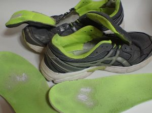 洗い終えた運動靴の写真
